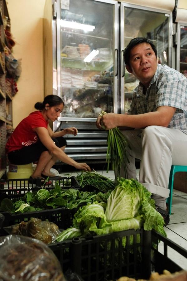Mauricio Wu trabaja en el súper Asiática Importaciones en el barrio chino, en San José.   JORGE ARCE.