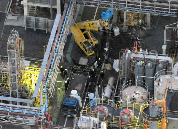 Agentes de policía examinan la planta del grupo Mitsubishi Materials en Yokkaichi, Japón. Accidente industrial causó la muerte de cinco personas.