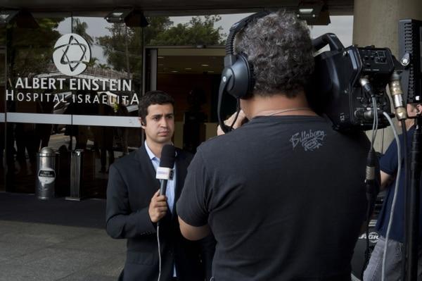 Los periodistas informan desde fuera del hospital Albert Einstein, donde la leyenda del fútbol brasileño Edson Arantes do Nascimento, conocido como Pelé, está hospitalizado en Sao Paulo, Brasil.