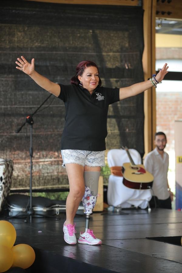 Clemencia Sancho, 55 años, perdió su pierna en un accidente de tránsito. Desfiló feliz y agradecida. Foto: Jeffrey Zamora