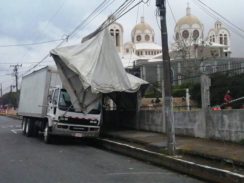 Torbellino causa estragos en Cartago. Foto suministrada por Keyna Calderón.