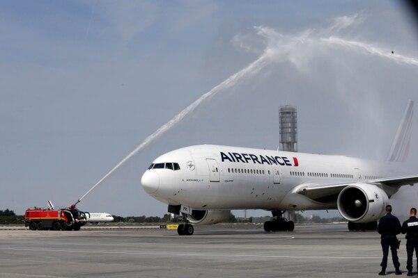 El avión que transportó a la selección francesa de vuelta a su país aterrizó en el aeropuerto Charles de Gaulle a las 5 p. m., hora de París. Foto: Bob Edme, AP
