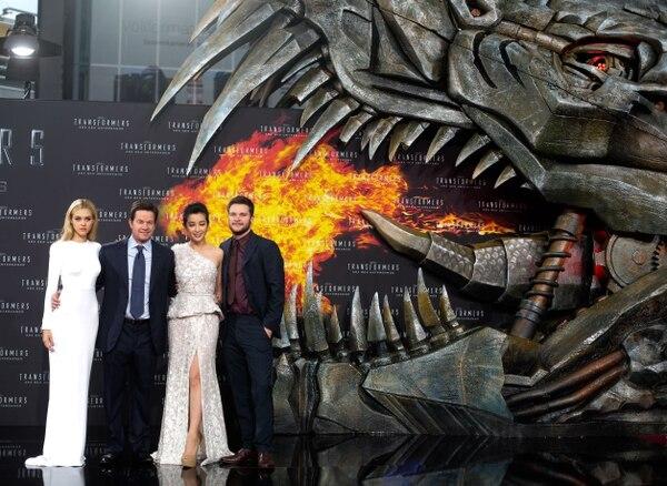 De izquierda a derecha, los actores Nicola Peltz, Mark Wahlberg, Li Bingbing y Jack Reynor posaron durante la premiere en Europa de Transformers: Age of Extinction, el 29 de junio del 2014. El filme lidera las nominaciones de los Razzies, a lo peor del cine.