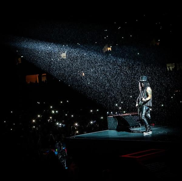 Lluvia de noviembre. El Estadio Nacional recibió empapado la única visita de Guns N' Roses al país. El guitarrista Slash no le huyó a la lluvia y posó para la fanaticada. Cortesía de RMPTV
