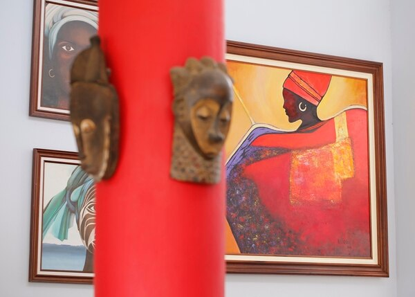 En la casa de Epsy Campbell los cuadros de mujeres negras representan el orgullo que la vicepresidenta siente por sus raíces. Foto: Albert Marín.