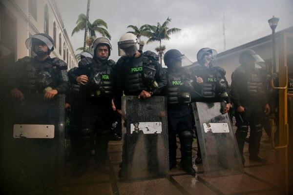 En las manifestación frente Asamblea Legislativa, la huelga estuvo fuertemente acompañada por las lluvias. En otros sectores del país, como los puertos, algunos oficiales han sufrido lo contrario: un intenso calor que llegó a producir desmayos. Foto: Alejandro Gamboa