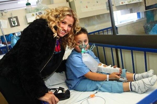 La cantante colombiana Fanny Lu fue la encargada de cerrar la Teletón el año pasado. Ella visitó el Hospital de Niños durante su participación. Archivo.Solidaria.