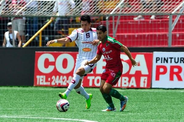 Rafael Morales de Saprissa y José Adrián Marrero de Carmelitan disputan el balón durante la primera parte del partido.