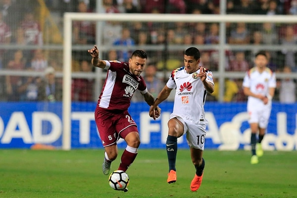 David Ramírez tuvo que abandonar rápidamente el partido ante América por lesión, aquí es marcado por el paraguayo Cecilio Domínguez. Foto: Rafael Pacheco