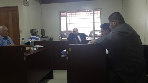 Juez Danny Gutiérrez (fondo) escuchó a siete testigos.   K. CHAVES