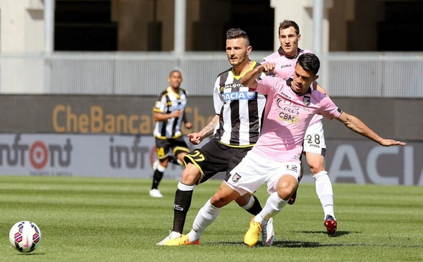 Cyril Thereau del Udinese presiona a Giancarlo González. | EFE