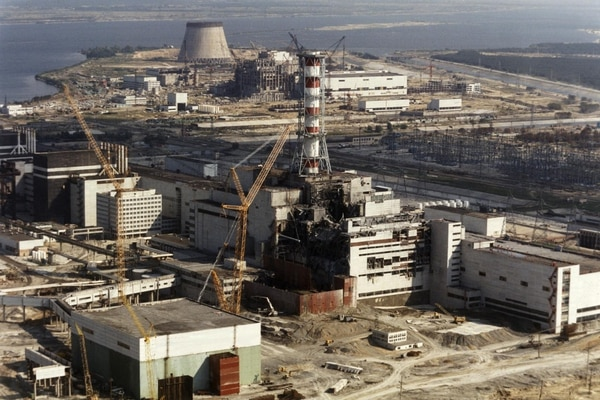 En esta fotografía, tomada el 1° de octubre de 1986, se observan los trabajos que se estaban realizando para sepultar el reactor número cuatro de la central atómica de Chernóbil. Fotografía: AFP