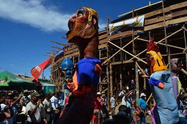 Pintoresco. Las mascaradas son parte del color que se vive en el pueblo santacruceño y en las afueras de la plaza López. Juan Carlos Campos para LN.