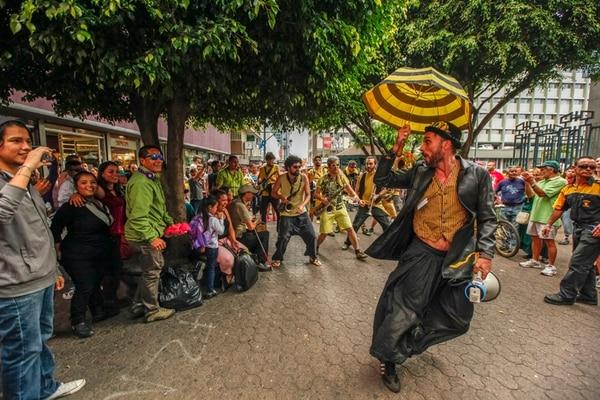 Los integrantes del grupo español Always Drinking hicieron lo que quisieron con los ticos. Foto: Jorge Arce