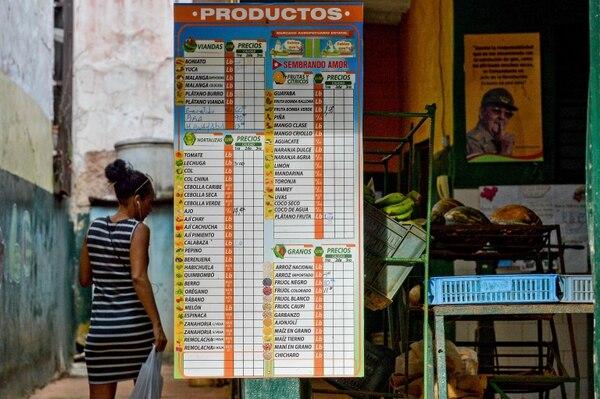 Una cubana revisaba la lista de precios en un negocio en La Habana, este miércoles 17 de abril del 2019. La población hace frente a escasez de productos, muchos de ellos básicos.