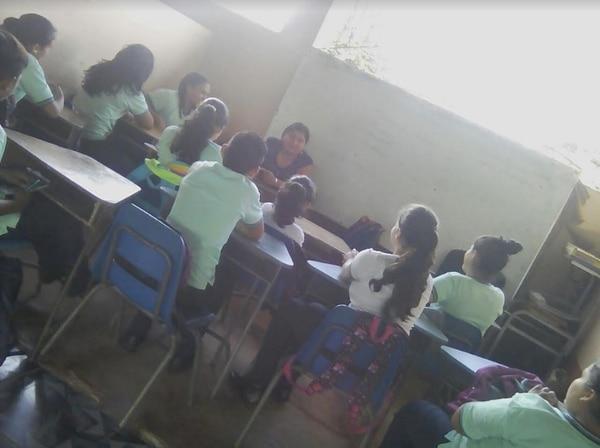Hacinados, los estudiantes del Liceo San Jorge de Upala reciben clases en un salón comunal mientras su nuevo liceo se deteriora.