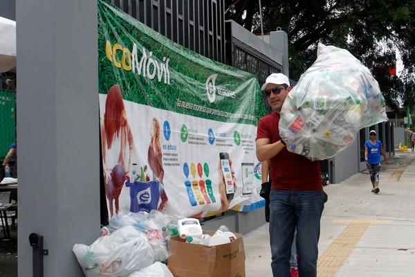 Para alcanzar la meta el país debe certificar que logró recolectar 25 toneladas de botellas de plástico en un lapso de ocho horas. Foto: Gesline Anrango