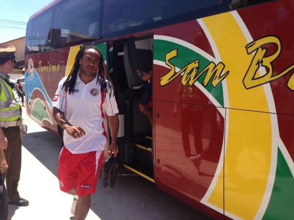 El jugador de la Selección Nacional Jonathan McDonald baja del bus de la Selección Nacional que los traslado al estadio Francisco Sánchez.