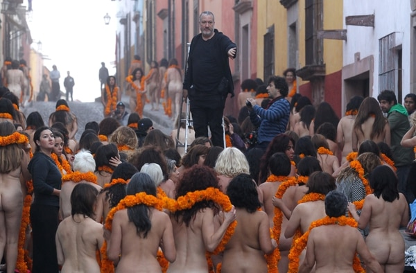 Ataviadas sólo con un listón de flores de cempasúchil en el cuello, unas 110 mujeres de todas las edades soportaron la fría mañana y la neblina que cubrió el acogedor pueblo de San Miguel Allende, ubicado en el estado mexicano de Guanajuato, para posar ante la lente de Spencer Tunick.