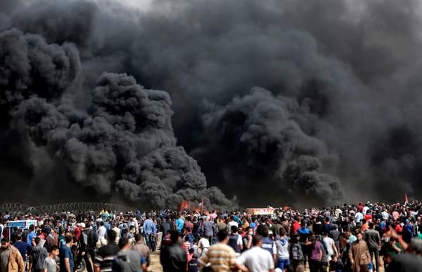 Palestinos manifiestan cerca de la valla en la frontera entre Israel y Gaza, al este de la ciudad de Gaza, durante el quinto viernes consecutivo de manifestaciones masivas y enfrentamientos en la frontera con Israel el 27 de abril. AFP