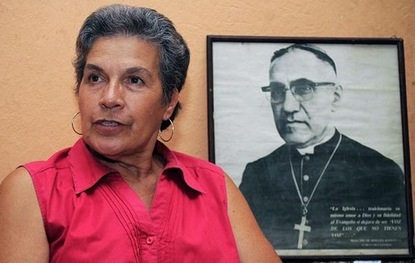 Marisa Martínez es fiel seguidora de monseñor Romero, a quien su hermano Roberto mandó a asesinar en 1980.