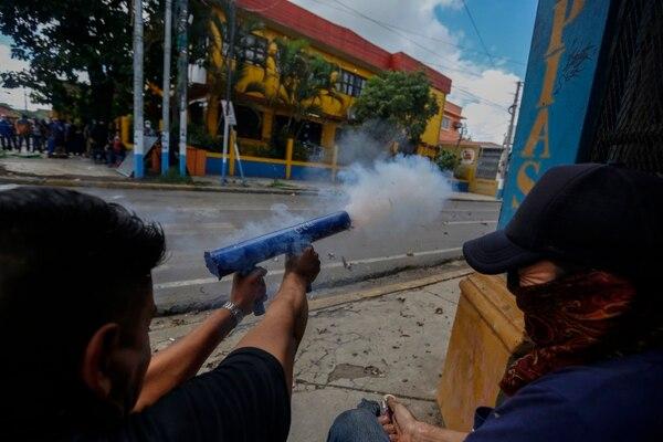 Manifestantes antigubernamentales disparan morteros caseros contra policías y simpatizantes del gobierno en Jinotepe, Nicaragua, el martes 12 de junio de 2018. Las protestas comenzaron a mediados de abril en respuesta a los cambios en el sistema de seguridad social, pero se ampliaron para solicitar la salida del presidente Daniel Ortega poder.