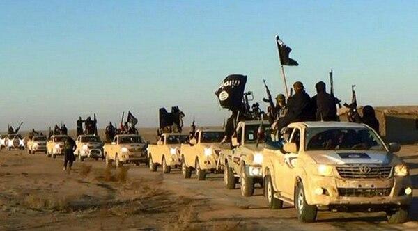 Una caravana de combatientes del Estado Islámico se encaminaba por las inmediaciones de la ciudad siria de Raqa, la