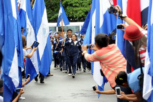 Costa Rica y Nicaragua celebraron 193 años de Independencia, en un acto que enfatizó el llamado a borrar las diferencias entre ambos países. El primer estudiante tico que recibió la antorcha fue Kevin Condega. | MELISSA FERNÁNDEZ