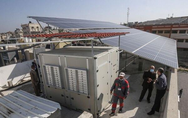Un generador de agua operado con energía solar en la ciudad palestina de Jan Yunis, franja de Gaza. AFP