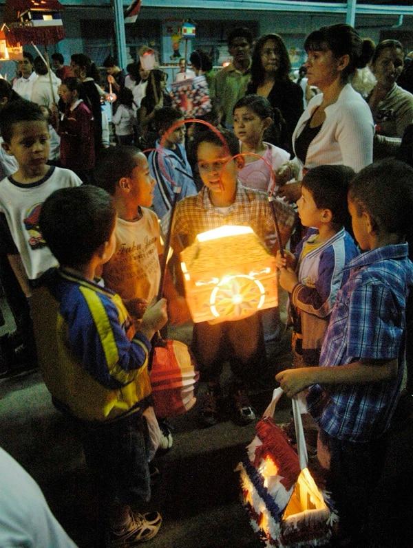 Recomiendan sustituir candelas por luces led en faroles de este 14 de setiembre.