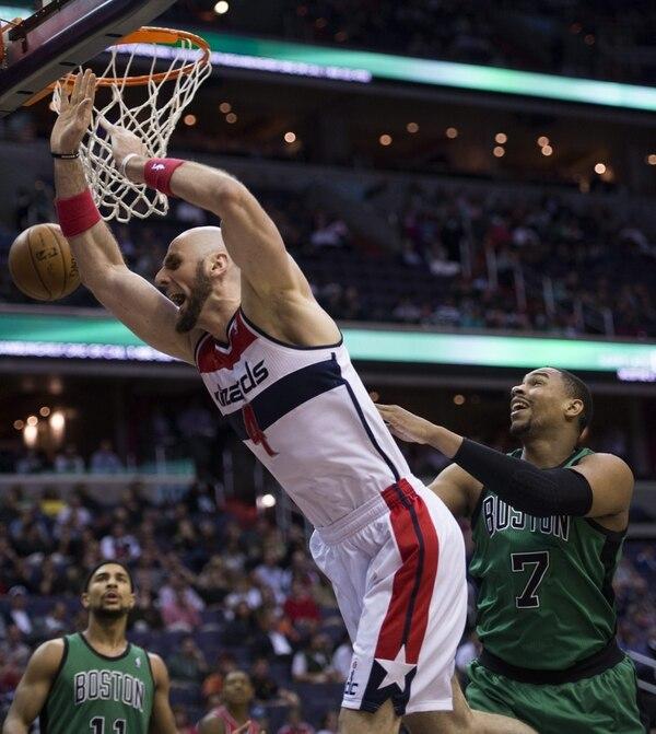 Marcin Gortat (izquierda), de los Washington Wizards, recibe una falta de Jared Sullinger de los Boston Celtics durante un partido de la NBA disputado este miércoles en el Verizon Center en Washington, D.C.