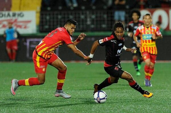 El mexicano Luis Omar Hernández (izquierda) marca al delantero de la Liga Jonathan McDonald, en el partido del sábado. Hernández abandonó el compromiso en el primer tiempo.