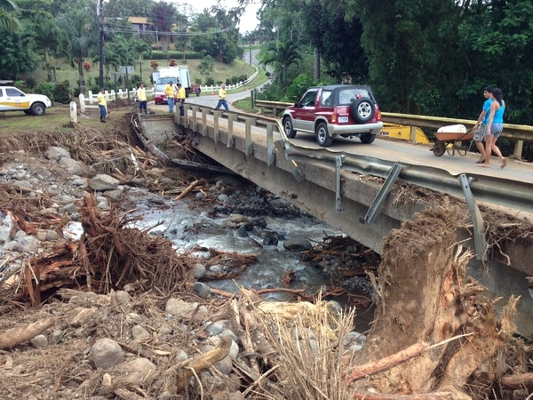 Troncos de árboles colapsaron los causes varios ríos en San Carlos.