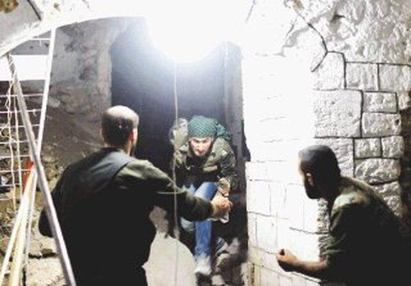 Rebeldes sirios ayer en la mezquita de los Omeyas, en Alepo. | AFP.