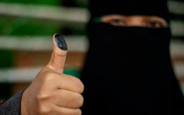 Una mujer mostró su pulgar entintado luego de votar en un recinto electoral en la ciudad de Cotabato, isla de Mindanao, durante el referendo para otorgar a la minoría musulmana un mayor control regional, el 21 de enero del 2019.