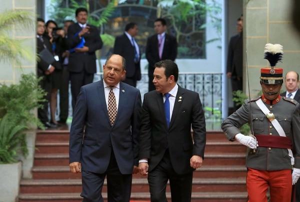 El presidente Luis Guillermo Solís (izq.) viajó este jueves a Guatemala para reunirse con su colega Jimmy Morales. Entre los temas que trataron los gobernantes estuvo la reforma al Sistema de Integración Centroamericana.