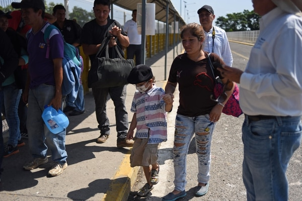 María Argentina Paz camina desde el pasado 13 de octubre junto con su hijo, Mery Sair, de 6 años, diagnosticado con cáncer terminal. El 1.° de noviembre hacían fila para cruzar la frontera de Ciudad Tecun Uman, en Guatemala, para ingresar a la Ciudad Hidalgo, en México, Foto: AFP