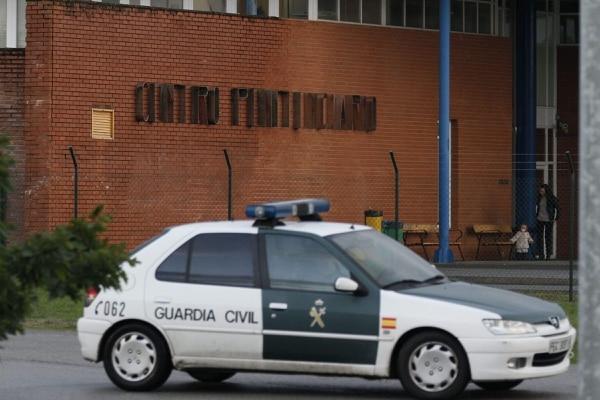 Un coche de la Guardia Civil en las inmediaciones del centro penitenciario de Teixeiro, donde cumplía condena la etarra Inés del Río. El pleno de la Sala de lo Penal de la Audiencia Nacional dejó en libertad a la etarra.