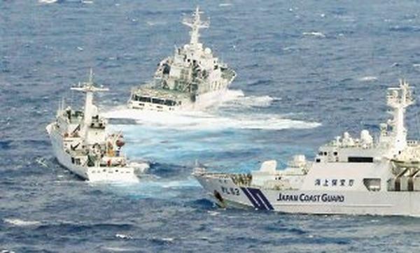 Naves de la Guardia Costera japonesa (derecha y fondo) tuvieron un encuentro poco amistoso con un buque de vigilancia chino (izquierda) en el mar de China Oriental, en setiembre del 2012. AP/Archivo