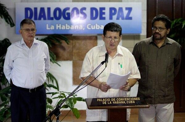 Pablo Catatumbo, lee el documento sobre el plan para sustituir cultivos de drogas. Lo acompaña Iván Márquez, jefe negociador de las FARC. | AP