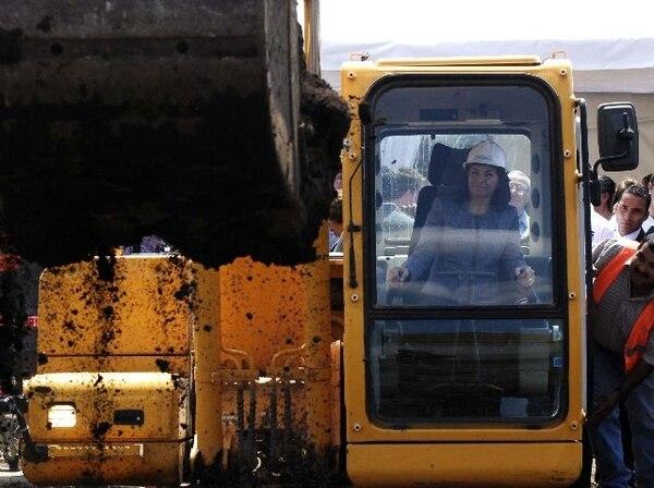 La presidenta Laura Chinchilla maniobró una retroexcavadora en la colocación de la primera piedra del CAIS de Desamparados.   ADRIANA ARAYA PARA LN
