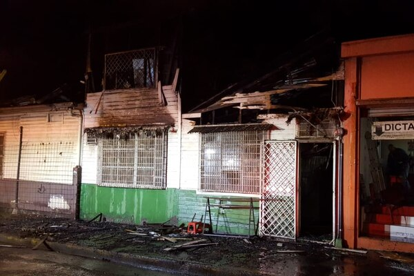 Un incendio que se produjo esta madrugada consumió una vivienda y afectó otros dos casas comunicó la central de comunicaciones del Cuerpo de Bomberos. Foto de Bomberos