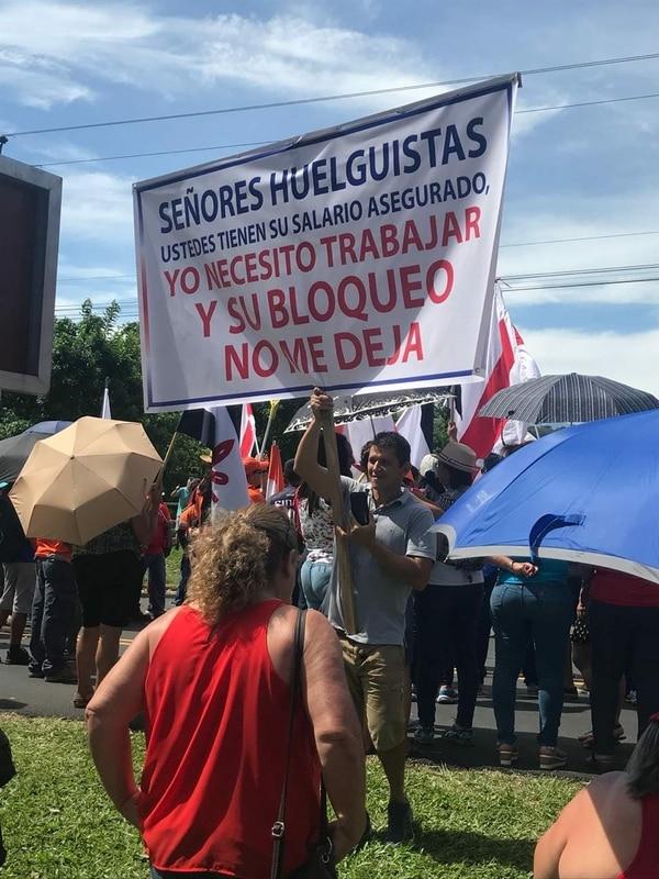 El turriabeño Róger Madrigal, quien labora como guía turístico, protestó este miércoles ante los manifestantes que obstruían el paso vehícular a la altura de las instalaciones de la Universidad de Costa Rica, en Turrialba. Fotografía: Róger Madrigal