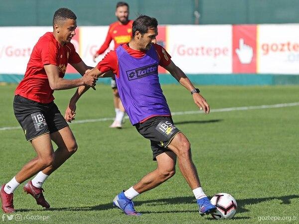 Celso Borges controla una pelota en un entrenamiento del Goztepe turco. Fotografía: Facebook del Goztepe.