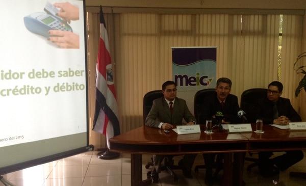 Welmer Ramos, jerarca del MEIC, dio los resultados del estudio comparativo de tarjetas de crédito. Lo acompañó El viceministro Carlos Mora (izquierda) y Erick Jara, director de Investigsciones Económicas y de Mercado de la institución.
