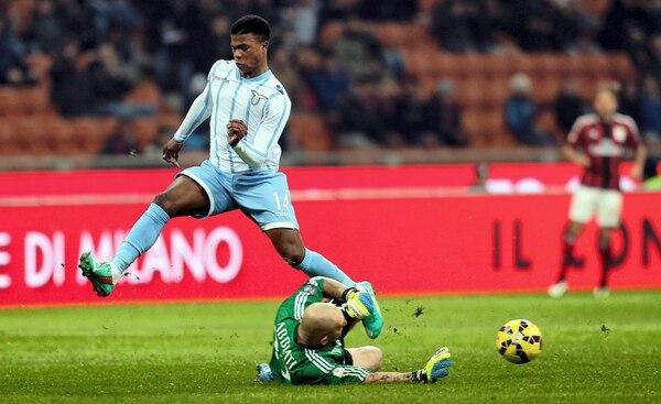 El arquero del Milán Christian Abbiati (derecha) disputa el balón con Keita (izquierda) del Lazio.
