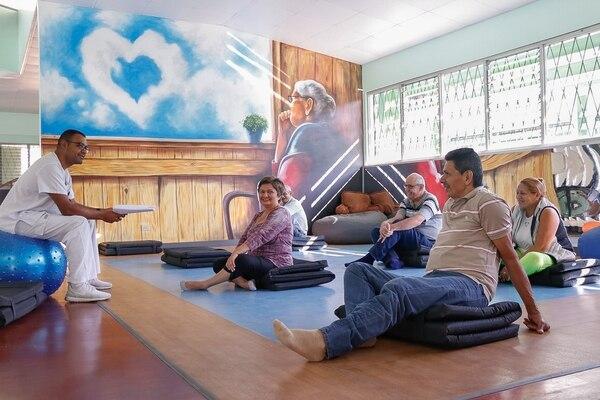 En el Hospital Nacional Psiquiátrico funciona, desde febrero del 2017, un programa especial para personas con alguna demencia y sus familiares, en el Centro de Atención Integral para personas con Deterioro Cognitivo. En la foto, una actividad con pacientes para mejorar su capacidad de movimiento, equilibrio y fuerza. Foto: Lilliam Arce para GN