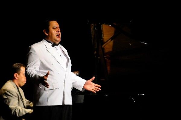 El tenor costarricense Ernesto Rodríguez ganó, en 2010, el Premio Nacional de Música como mejor cantante. Con él, se presentará el pianista Manuel Matarrita. Foto: Luis Navarro