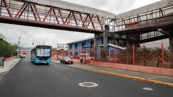 Actualmente los autobuses ingresan por la vía que pasan frente al cementerio y salen por la calle principal. El carril exclusivo se aplicaría en la vía principal. Foto Jeffrey Zamora