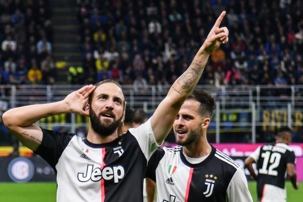 Gonzalo Higuain celebra con Miralem Pjanic luego de anotar con la Juventus. FOTO: Alberto PIZZOLI / AFP.